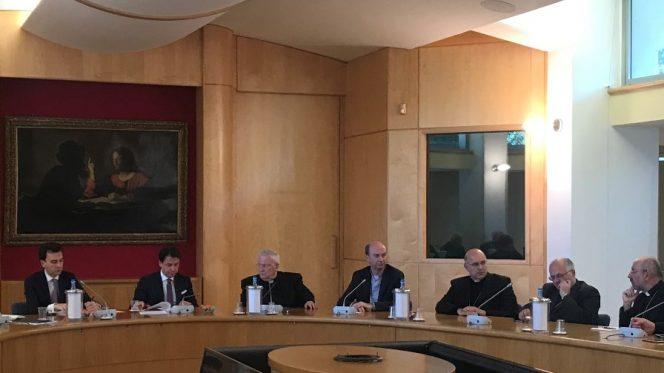 Il Presidente Conte con il Card. Bassetti, il Segretario Generale Russo e alcuni vescovi
